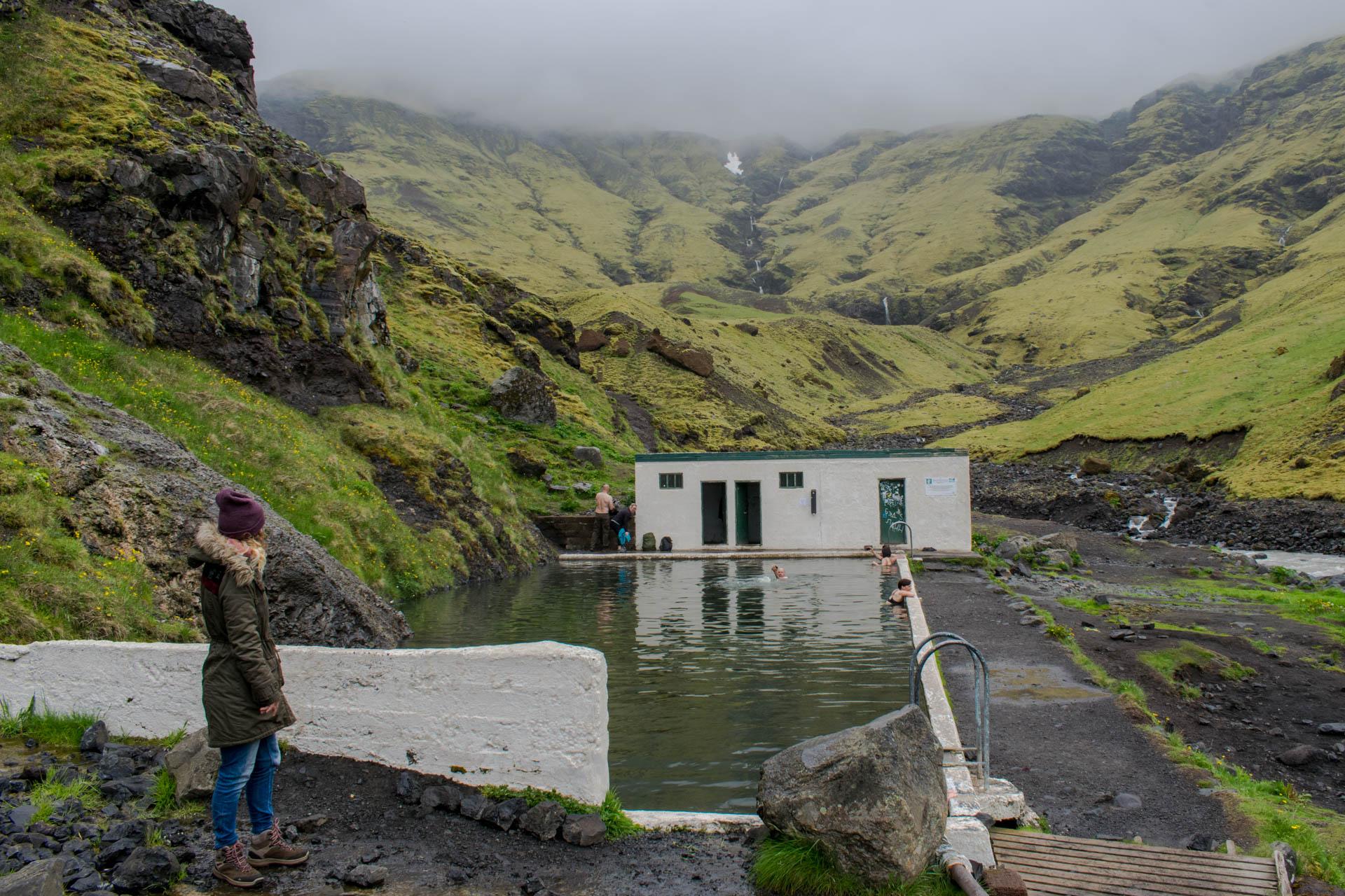 Widok na islandzki, opuszczony basen Seljavallalaug