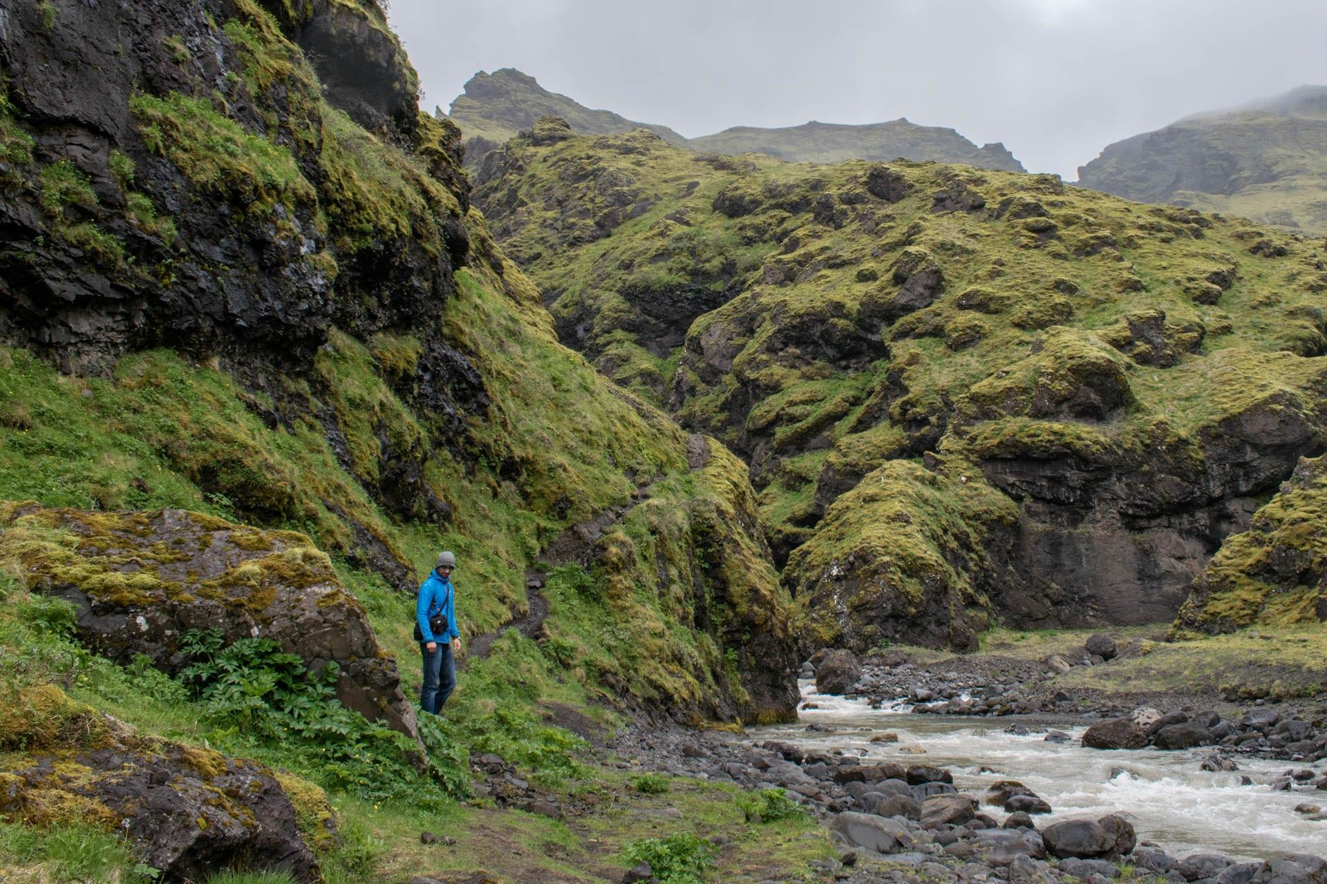 Droga za islandzkim, opuszczonym basenem Seljavallalaug