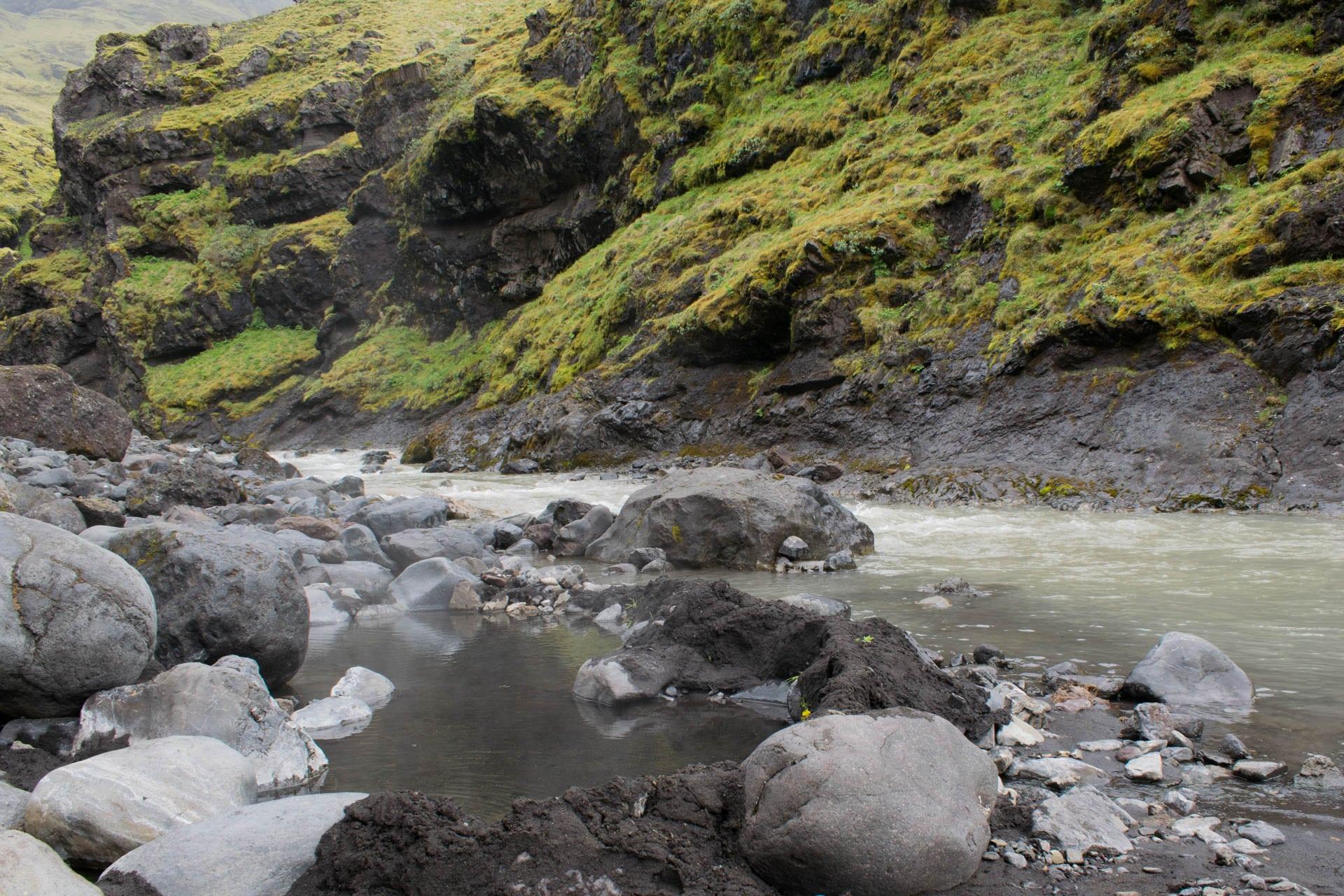Gorące źródła przy potoku. Kilka minut za islandzkim basenem Seljavallalaug