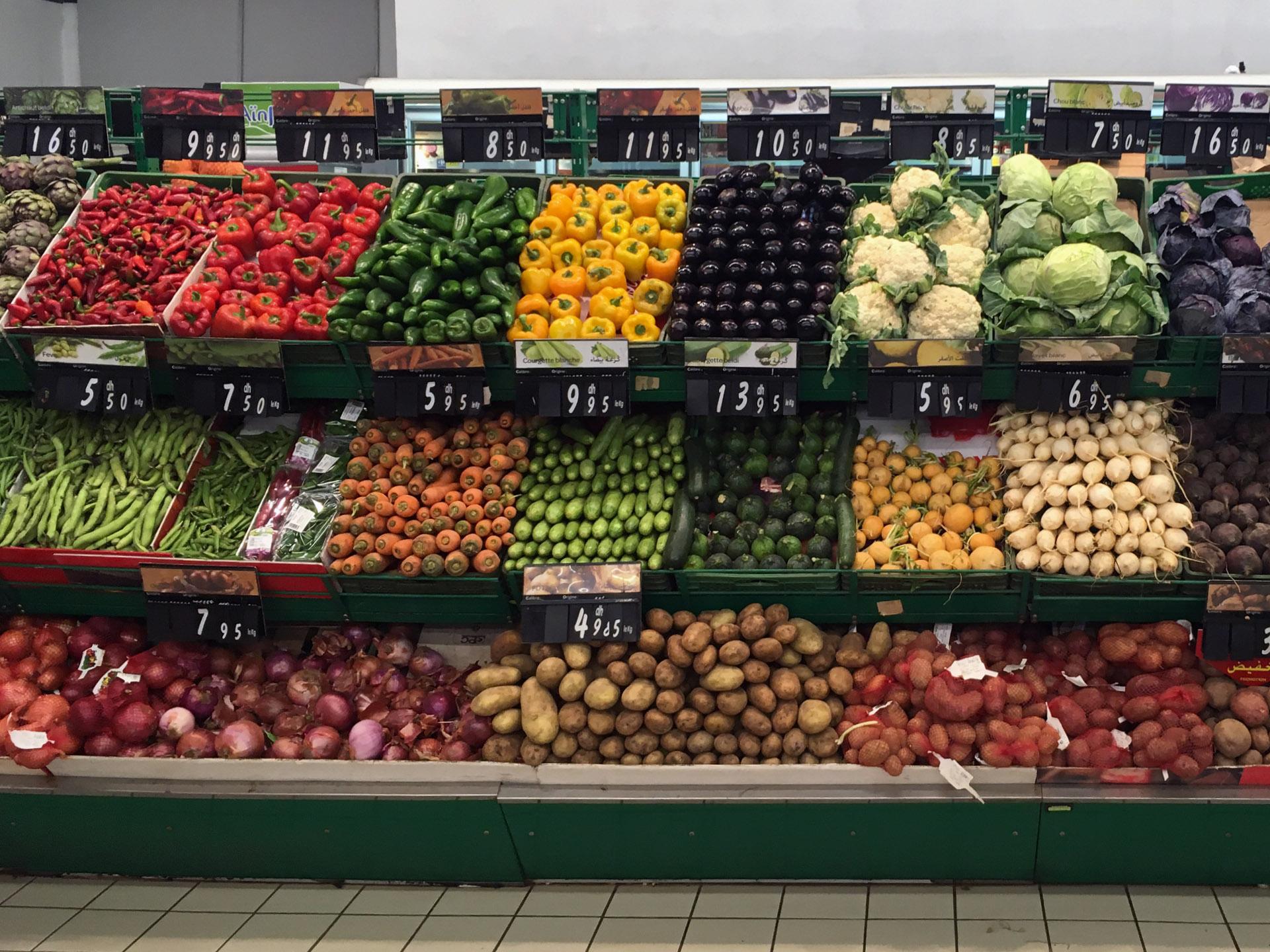 Stoisko z warzywami w marokańskim Carrefourze