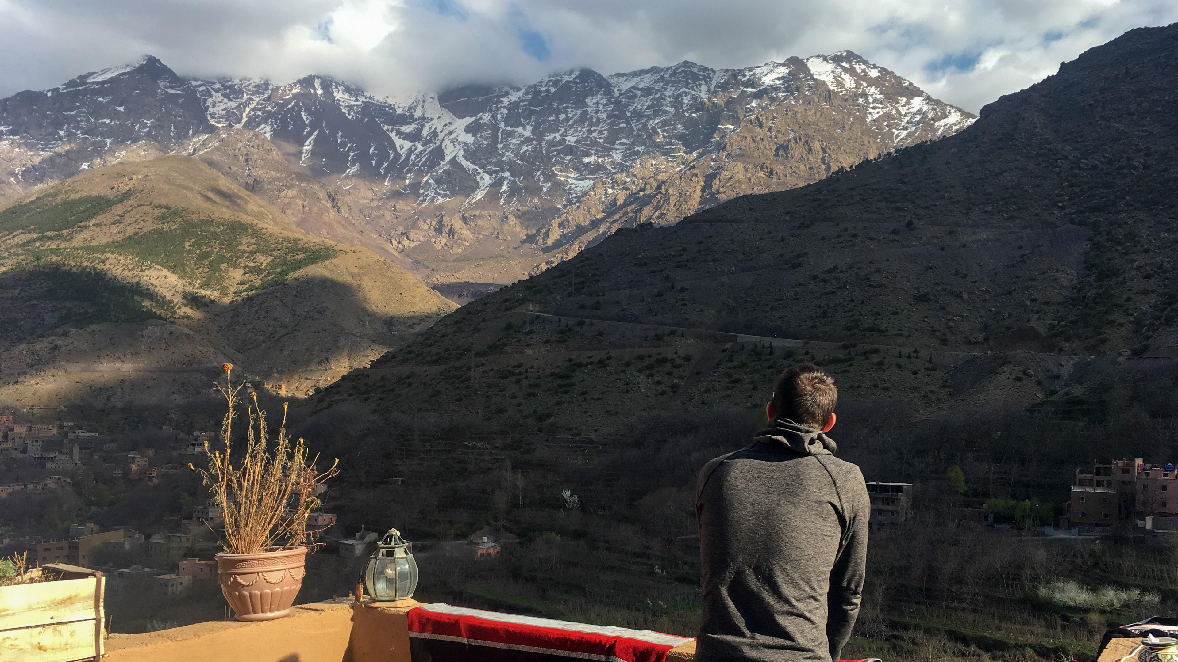 Widok na góry Atlas z tarasu w hotelu w Imlil