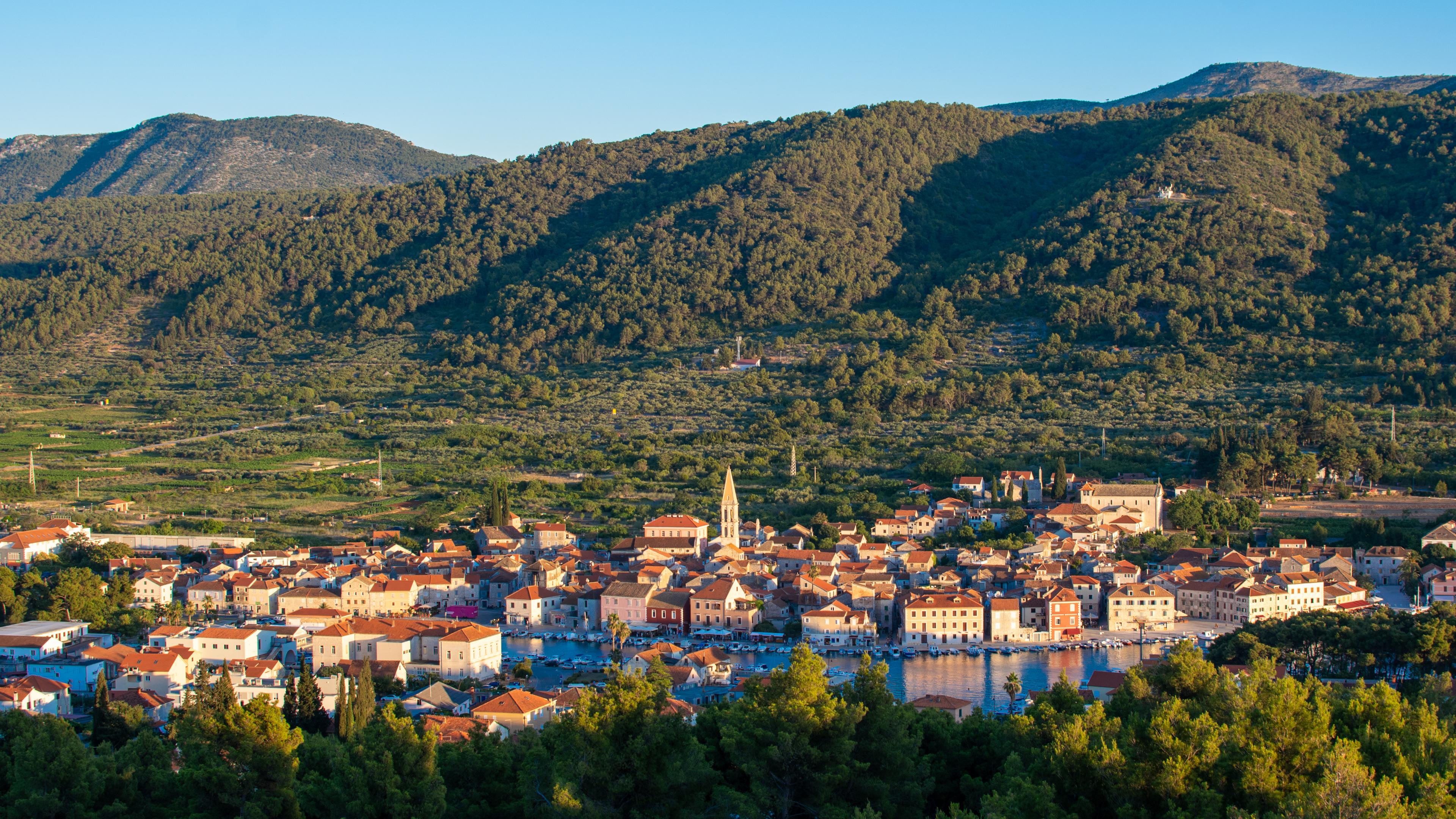 Widok na Stari Grad z pobliskiego wzgórza