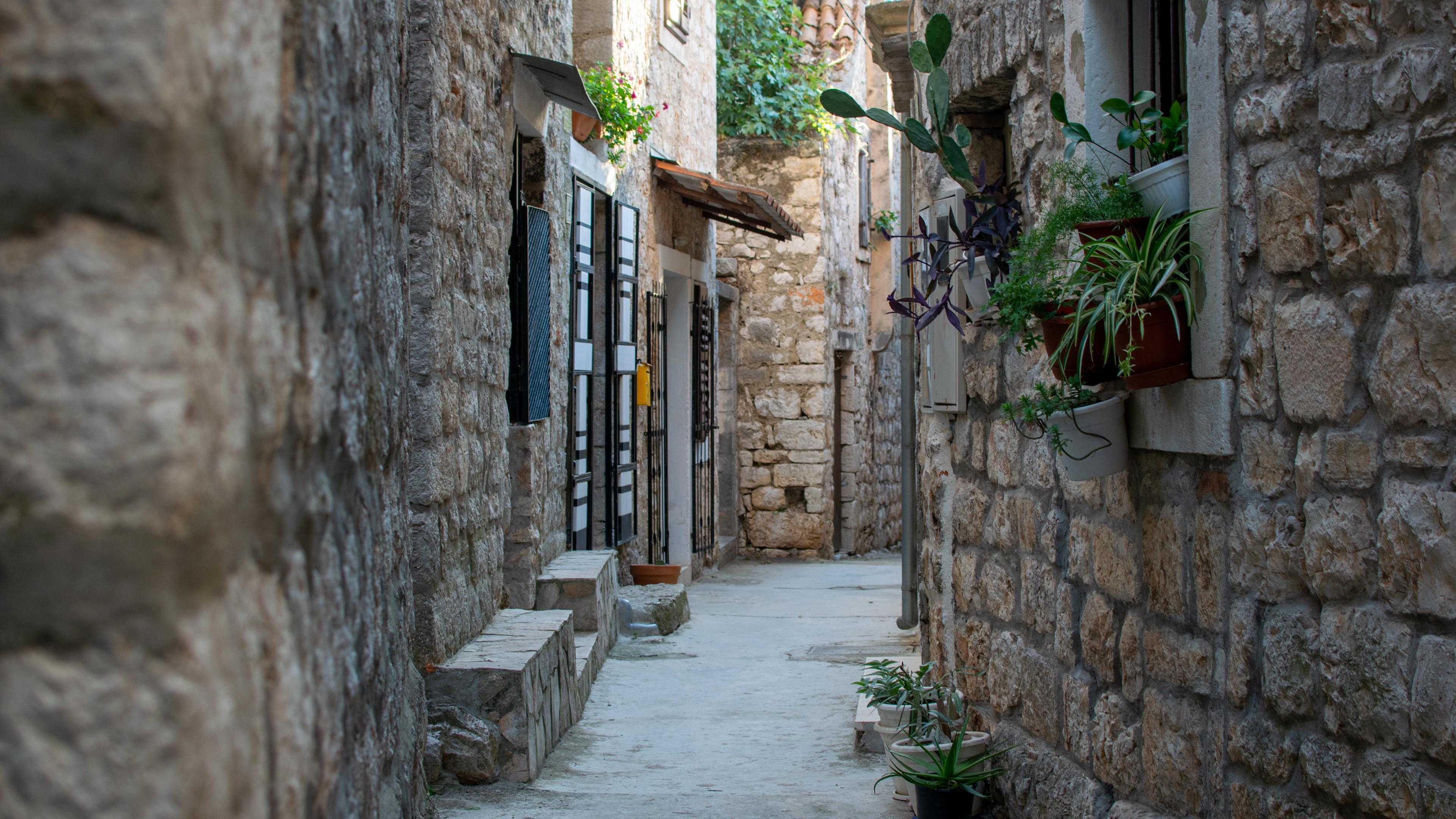 Jedna z wąskich, klimatycznych uliczek Starego Gradu
